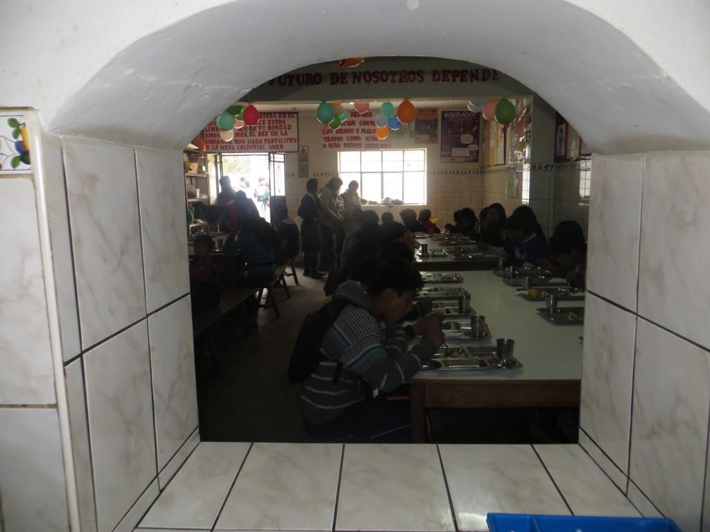 16 Die Kinder beim Mittagessen