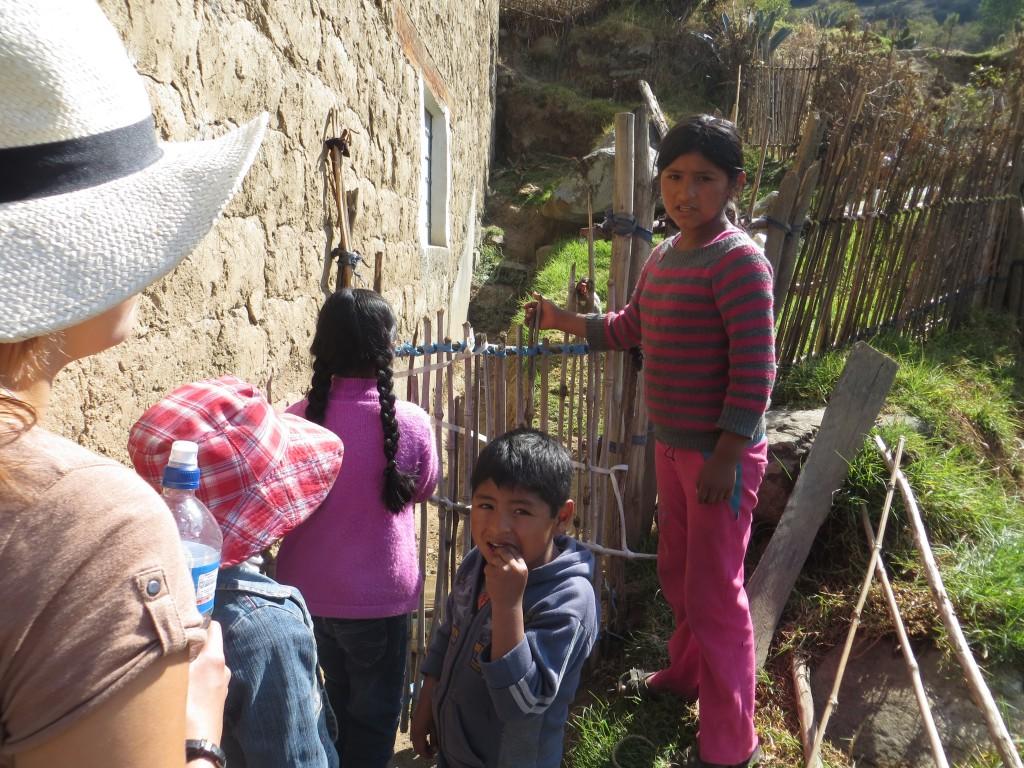 21 Die Kinder machen mit uns eine Tour, um die Landschaft zu erkunden