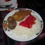 54 Das typische Essen - trockene Kartoffeln, Reis, Fisch (meistens Hähnchen) und Tomate