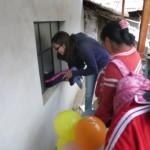53 Und ein Kind geht einfach mal durchs Fenster, welches sntatt einer Scheibe nur Pappe hatte