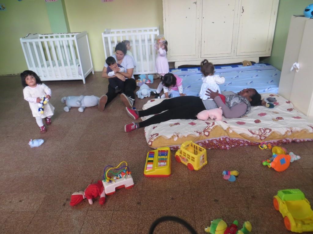 Freiwillige aus den Staaten mit den Kindern