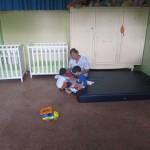 Mitarbeiterin mit den Kindern