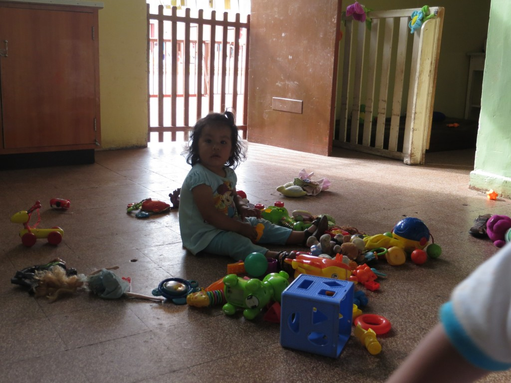 Romina mit den Spielsachen