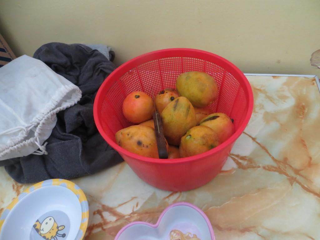 Täglich bekommen die Kinder ihre Frucht
